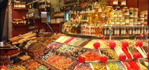 Puesto de dulces en el mercado de La Boqueria.