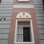 Cruz de Santiago en uno de los laterales de la fachada