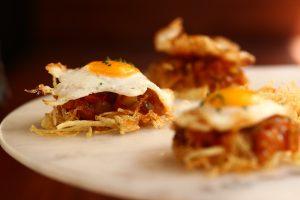 pista con huevo frito de codorniz y patatas paja