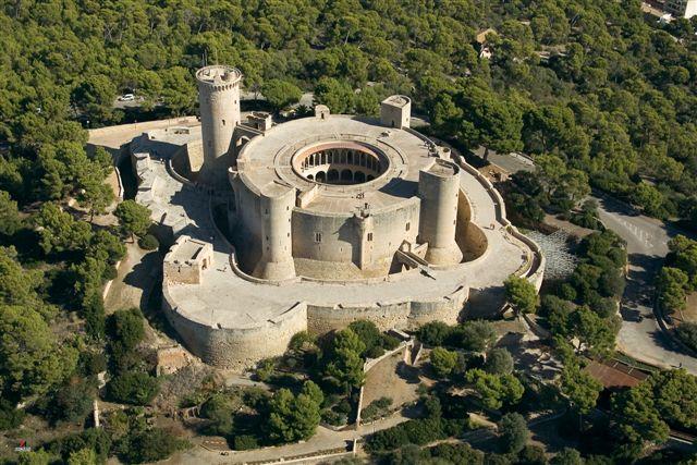 El Castillo de Bellver está situado a 3 kilómetros del centro de Palma