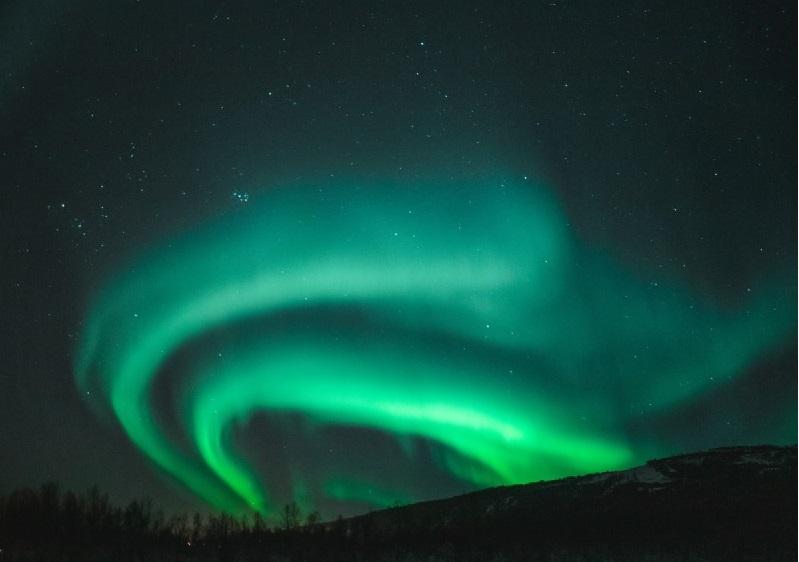 Aunque la aurora boreal se produce tanto en invierno como en verano, la mejor época para vislumbrarla es otoño