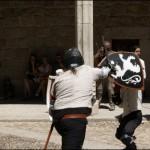 Dos miembros de la Asociación Española de Esgrima muestran sus habilidades