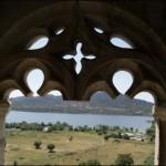 El Castillo se encuentra ubicado en un entorno precioso (al fondo el embalse de Santillana)