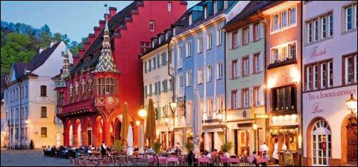 Nos va a sorprender la riqueza de su cultura e historia, sus numerosas cafeterías y tabernas, la gastronomía de Baden y, en general, un entorno fantástico