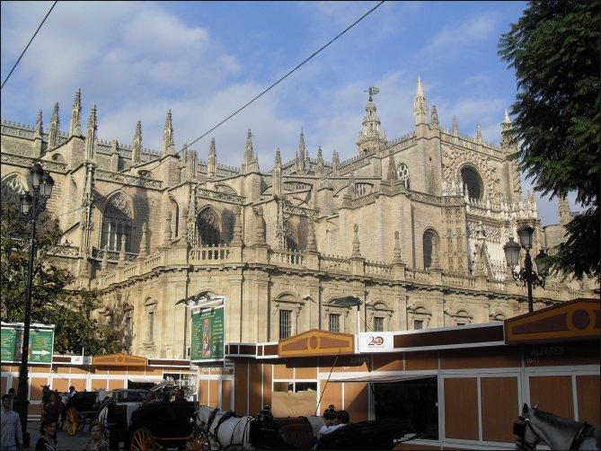 La Catedral de Sevilla con los carros de caballos en un entorno especialmente bello