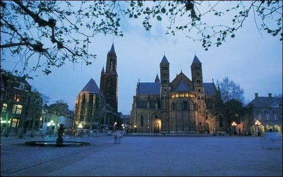 El sur de Holanda: Anochece en la plaza Vrijthof, un lugar muy bonito y corazón de Maastricht