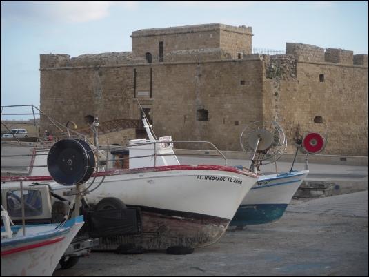La fortaleza medieval protege al puerto de Pafos (Chipre)