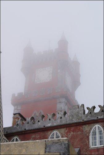 Entre la niebla aparece el Palacio da Pena