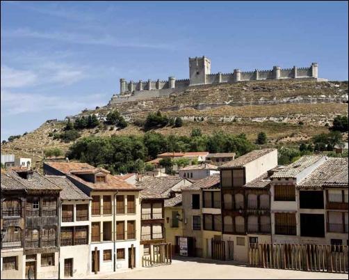 Peñafiel, con la plaza del Coso y el Castillo dominante en lo alto.