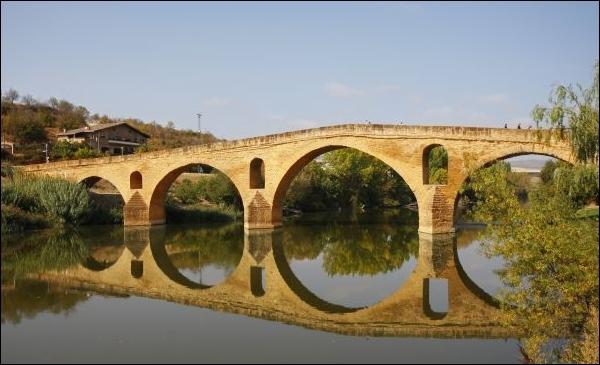 El puente románico sobre el río Arga