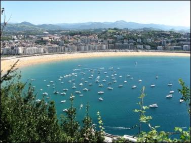 San Sebastián es un constante estímulo para los sentidos. Los paisajes, la fuerza del mar cantábrico, la bahía y sus playas