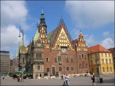 El Ayuntamiento, de estilo gótico.