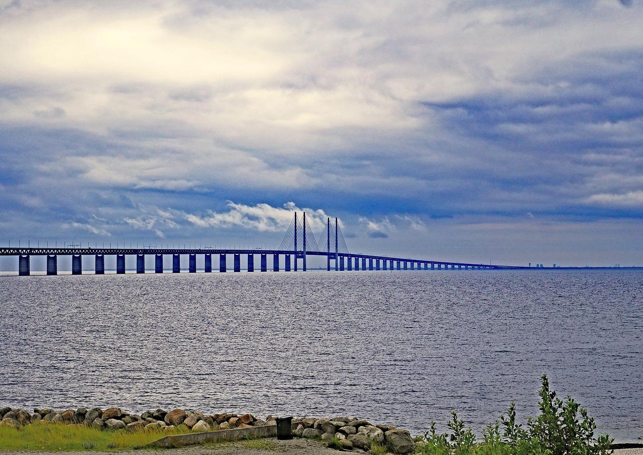 El enorme puente sobre el estrecho de Öresund inaugurado en el año 2000, este puente une Malmö con Copenhague