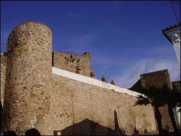 El alcázar o castillo de Olivenza conserva gruesas murallas del siglo XIV