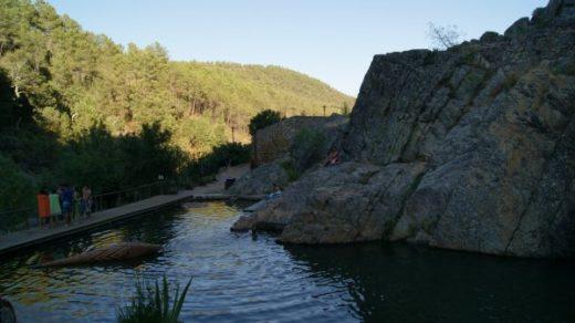 Piscina natural rodeada por laderas de piedra