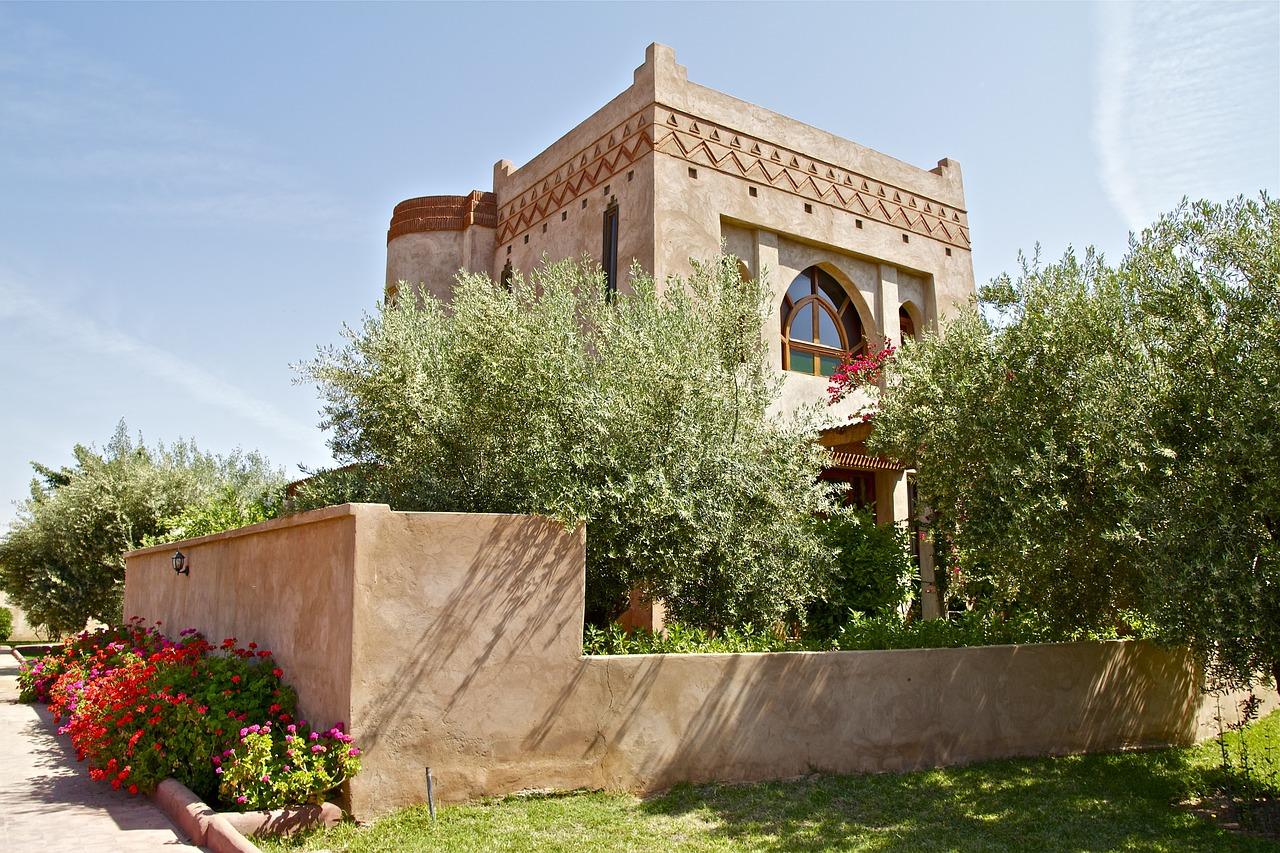 Situada entre el Atlántico y el Mediterráneo, Marrakech se encuentra en una vasta llanura a los pies del Alto Atlas