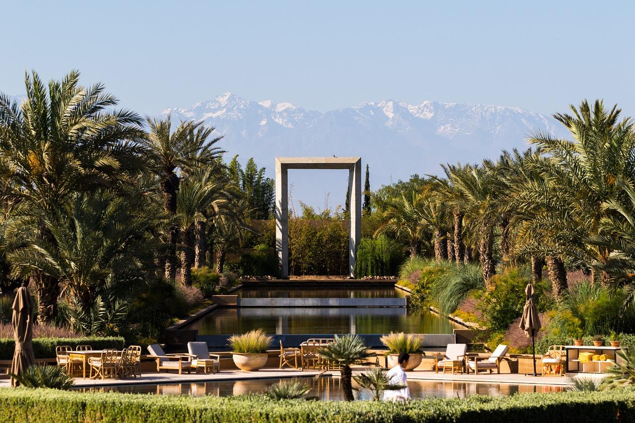 Cuatro colores conforman el paisaje de Marrakech: el rojo de las construcciones y de la tierra, el verde de la multitud de palmeras, vegetación y huertos, el azul del cielo ligeramente ocre de la arena del desierto y el blanco de la nieve de la cima del Atlas