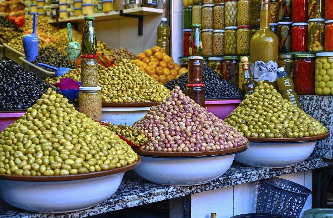 El zoco: en el laberinto de callejas angostas cubiertos por cañizo, los vendedores ofrecen, especias, perfumes, frutos secos, infusiones, cuero, cerámica