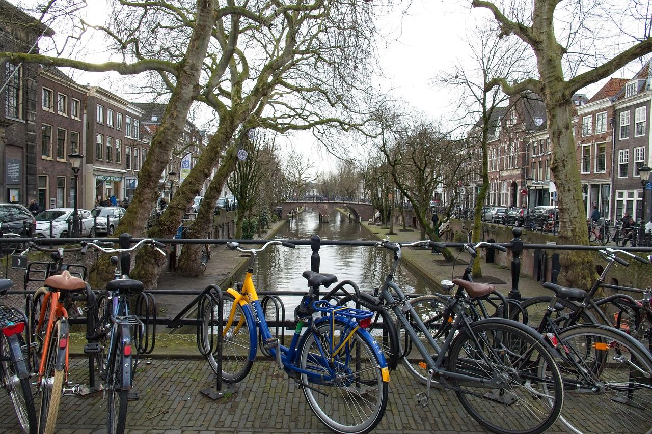 Los canales y muelles de gozan la fama mundial porque ninguna otra ciudad posee muelles pedestres románticos y canales que provienen del siglo XIV