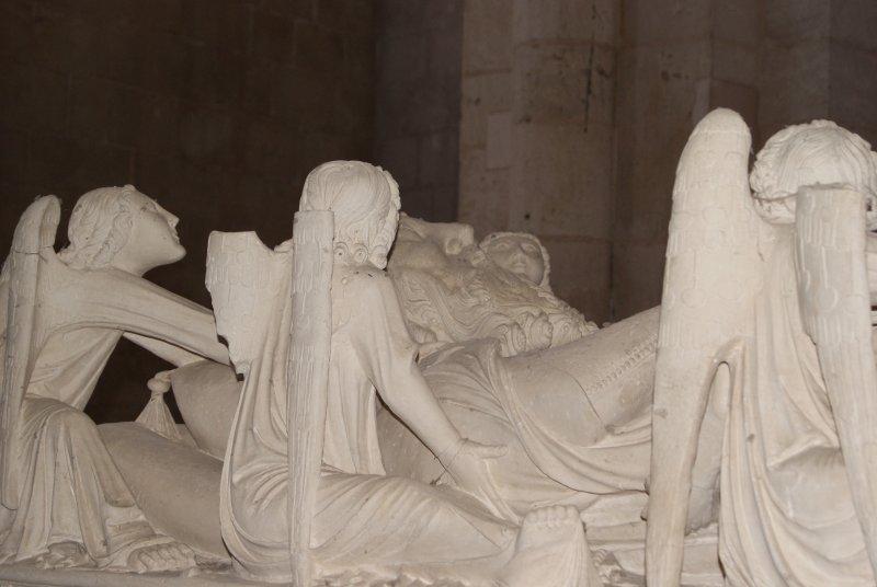En el transepto de la iglesia se encuentran los túmulos góticos de Don Pedro I y, su mujer, doña Inés de Castro