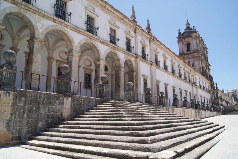 La distribución del monasterio sigue la regla cisterciense