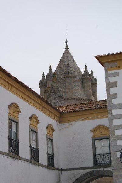 Évora se encuentra situada a medio camino entre Badajoz y Lisboa