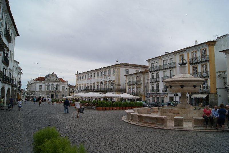 Tras el paso de los musulmanes y la posterior reconquista, Évora se convierte en una de las ciudades más importante en plena Edad Media