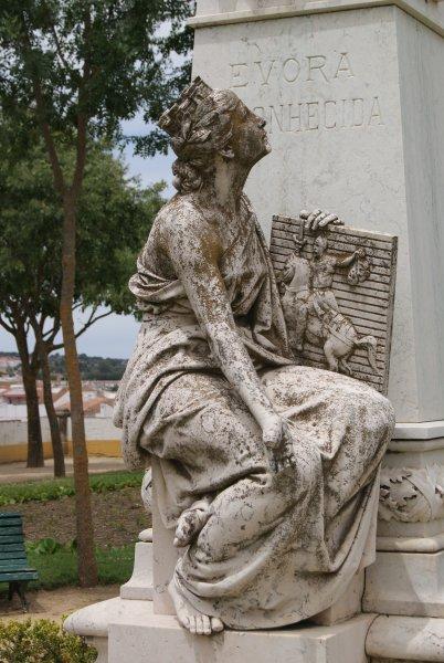 En el recorrido por el centro histórico de Évora podremos ver sus fachadas encaladas, sus casas palaciegas renacentistas y plazas