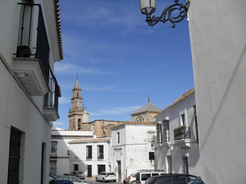 Carmona se encuentra a tan sólo 30 kilómetros de Sevilla, lo que la hace muy atractiva para el visitante de la ciudad de la Torre del Oro