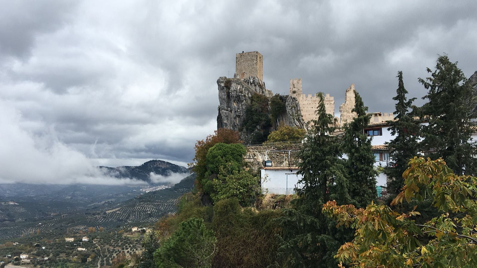 El Castillo de La Iruela, de origen musulmán, cuenta con tres recintos amurallados de distintas épocas dispuestos a modo de terrazas