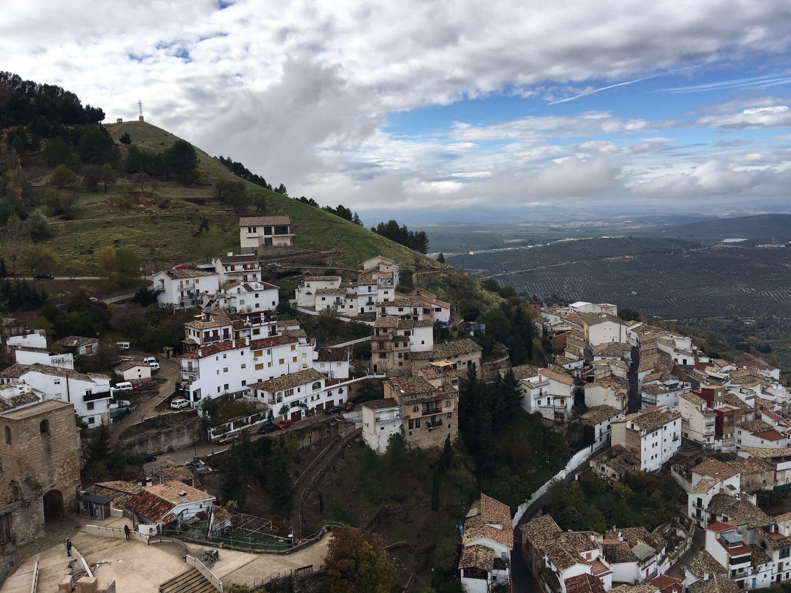 Encontramos La Iruela al nordeste de la comarca de la Sierra de Cazorla, en la provincia de Jaén.