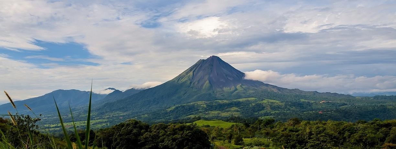 Pura Vida: Formando parte del Anillo Pacífico del Fuego, Costa Rica posee más de una docena de volcanes, activos y no activos