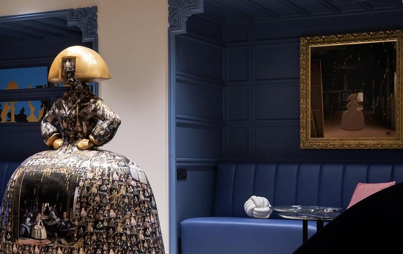 El visitante encontrará otros muchos guiños castizos, como las distintas versiones de Las meninas de Velázquez