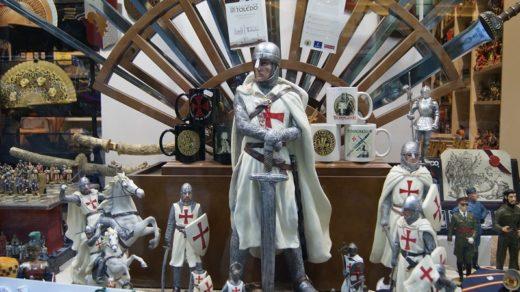 Recuerdos templarios en una tienda de Toledo