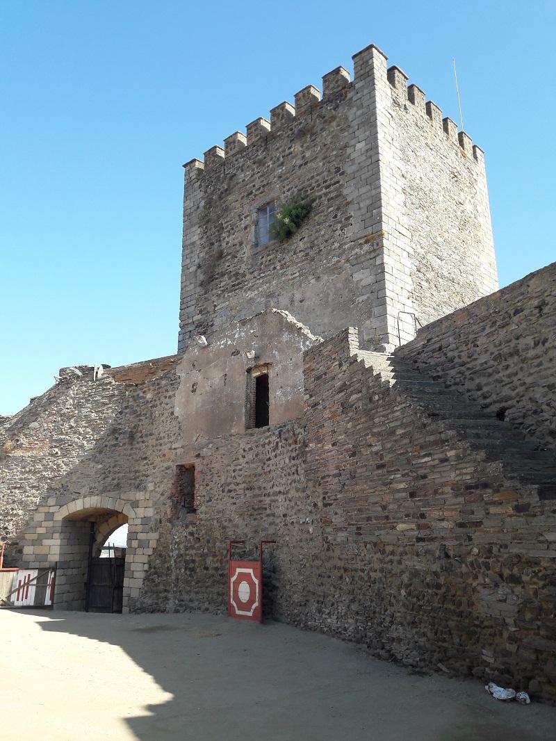 El Castillo, construido por orden del rey Dinis en el siglo XIV, es Monumento Nacional de Portugal