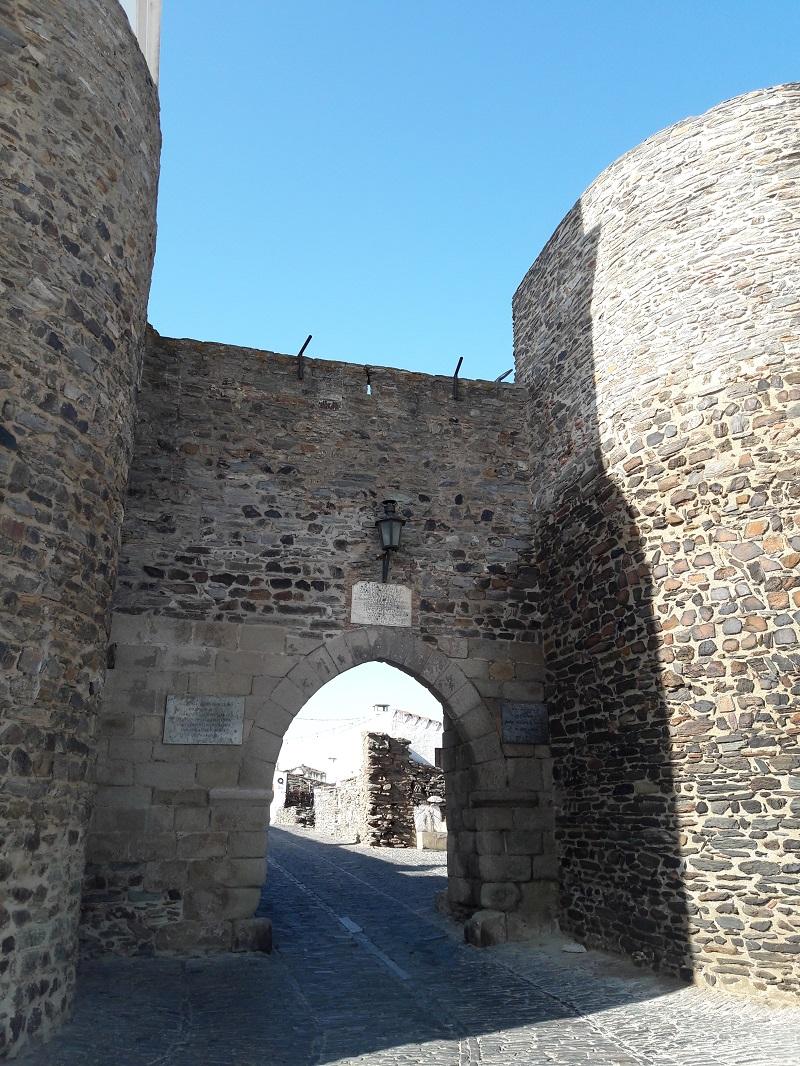 La puerta de Évora, entrada al casco histórico de Monsaraz
