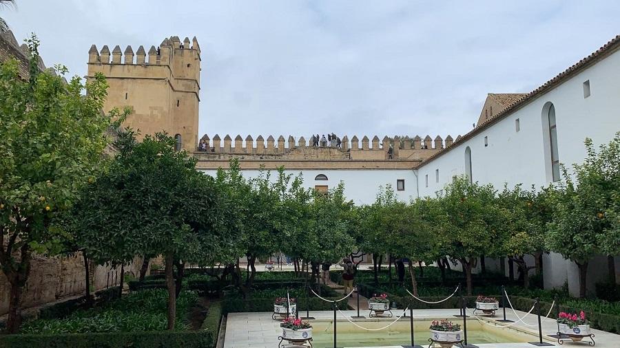 El conjunto del Alcázar de los Reyes Cristianos, declarado Bien de interés cultural desde el año 1931, es un recinto amurallado compuesto por cuatro murallas acabadas por cuatro torres