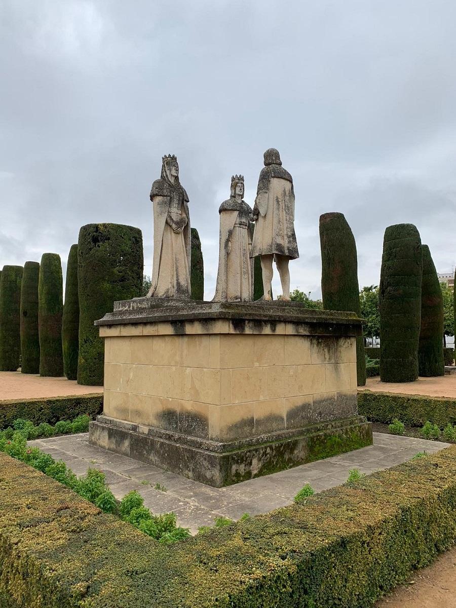 Estatua que rememora la reunión mantenida entre los Reyes Católicos con Cristóbal Colón