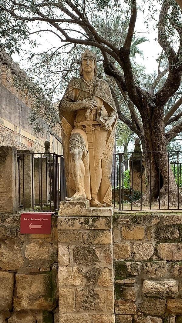 La escultura homenaje a Alfonso X que hoy en día nos da la bienvenida al Alcázar data de 1965 y es obra del genial escultor Juan Polo Velasco (1923-2017)