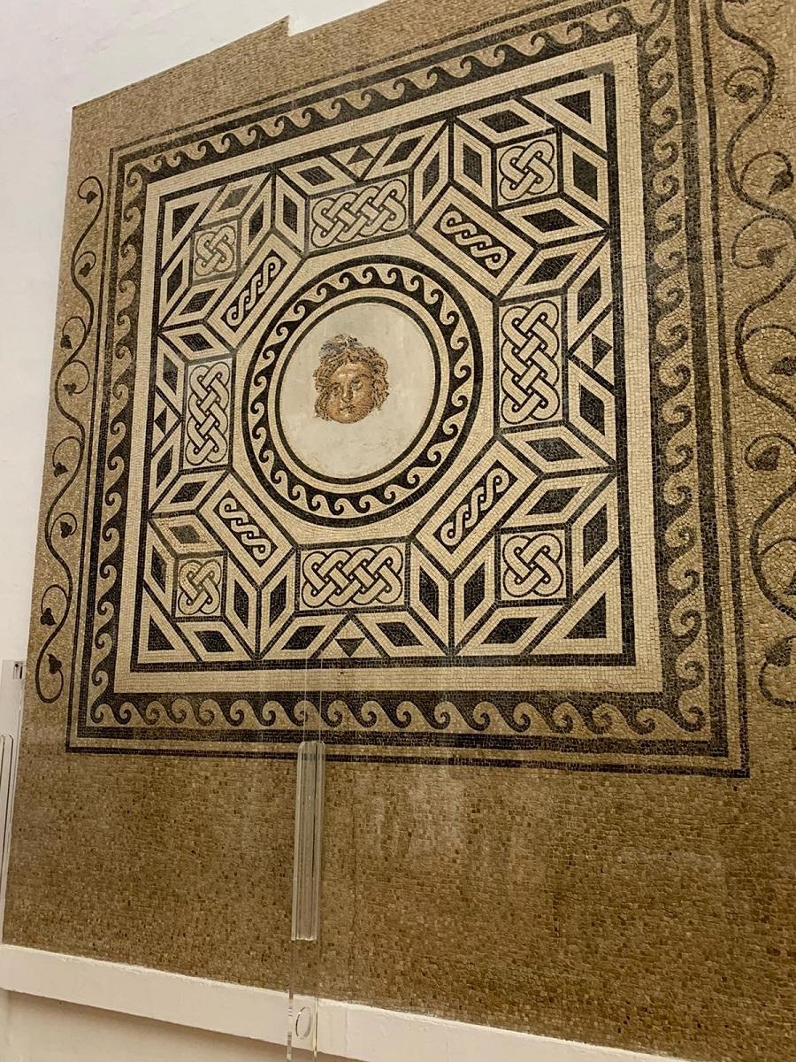 El Salón de los Mosaicos alberga bonitos mosaicos