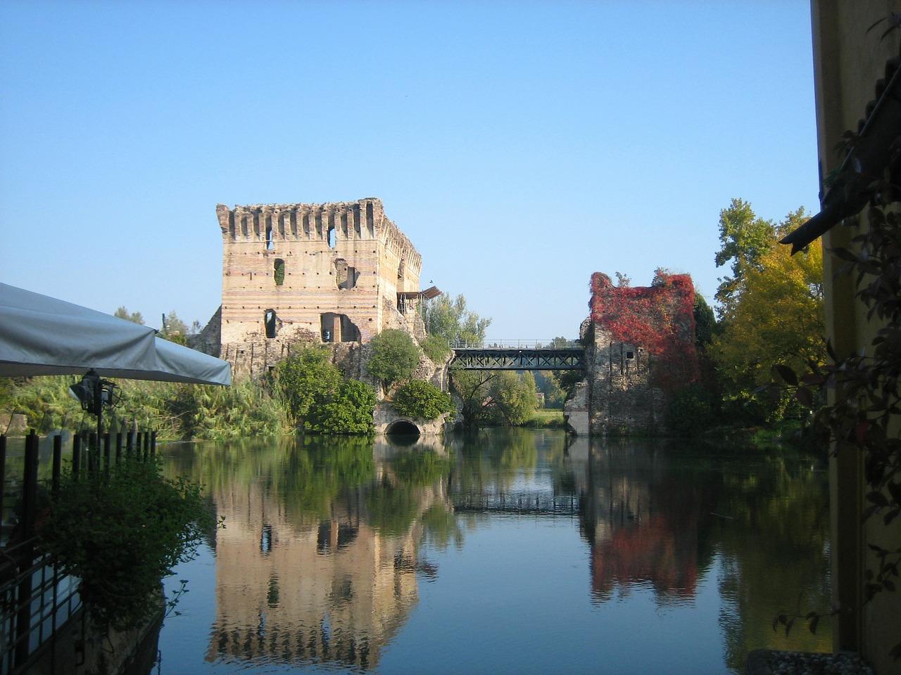 El impresionante Castello Visconteo con su torre característica y el museo arqueológico sito en las murallas del castillo