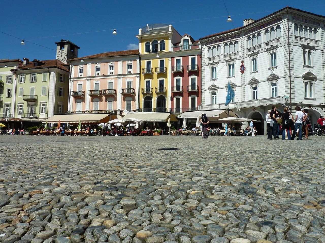 En verano, la gente se reúne por la noche en la Piazza Grande