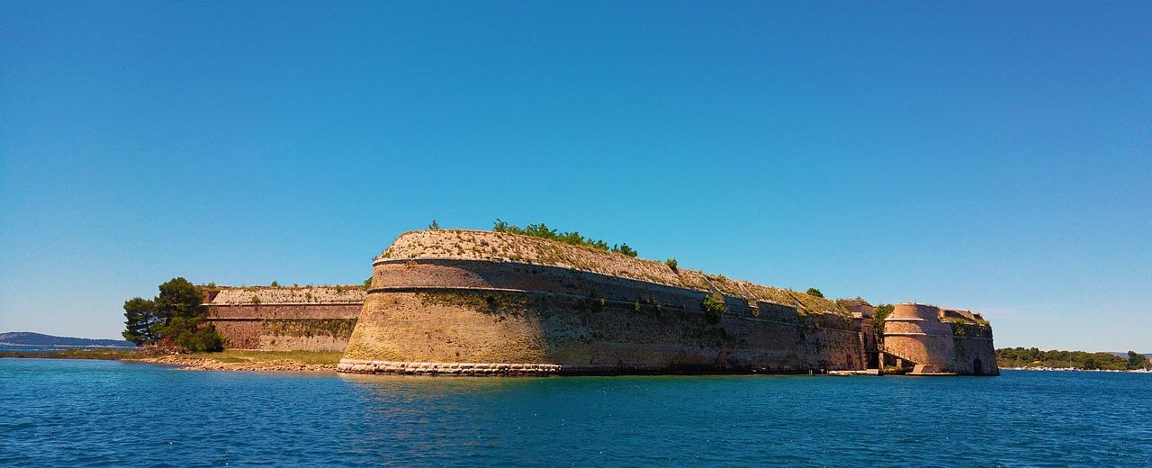 La fortaleza de Sbenik fue construida en el siglo IX y la ciudad fue mencionada por primera vez en el año 1066, en un donativo ofrecido por el rey croata Petar Krešimir
